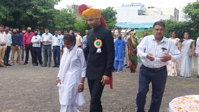 the-ias-of-madhya-pradesh-gave-the-message-of-new-india-uday-by-giving-an-opportunity-to-the-blind-girl-to-hoist-the-flag